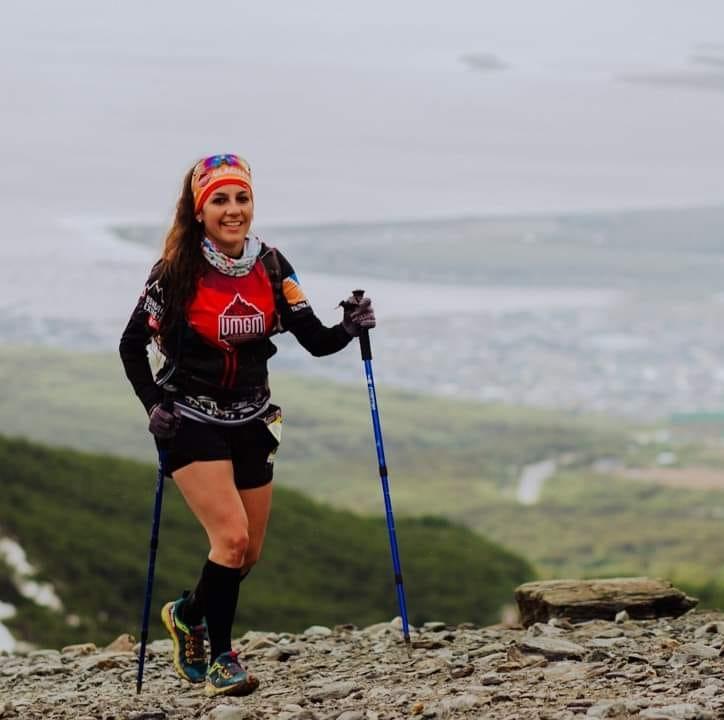 Soledad correndo per salire una delle montagne nei dintorni di Ushuaia