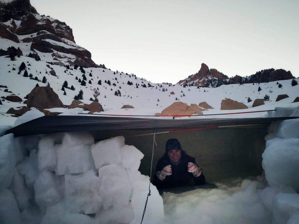 Virginia che si prepara per passare una notte all'interno di un' igloo